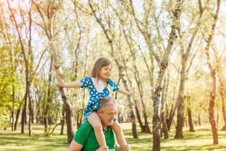 老人の肩の上に彼の孫娘と 写真素材 - 81436362