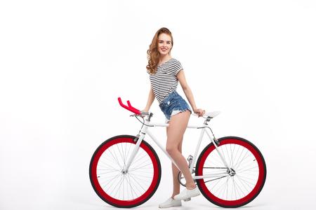 스튜디오에서 자전거에 쾌활한 소녀