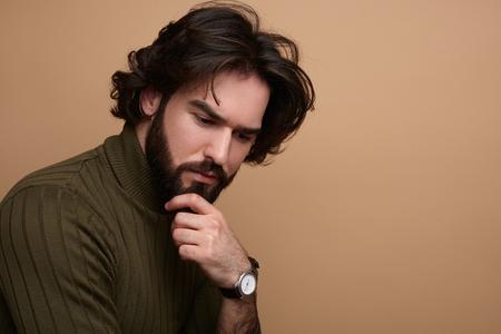 Peinzende bearded man op studio achtergrond Stockfoto
