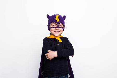 Schattig kind in gebreide superhelden hoed