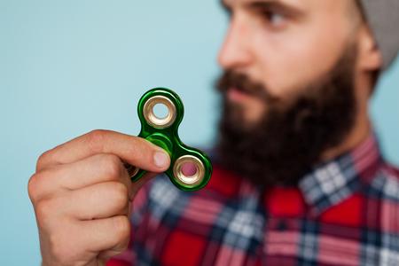 Man speelt met fidget spinner Stockfoto