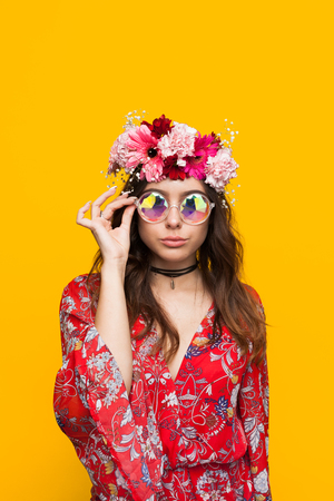 안경을 만지고 꽃 목걸이를 입고 Hipster 여자 스톡 콘텐츠