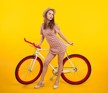 복고풍 자전거와 자신감이 세련된 소녀