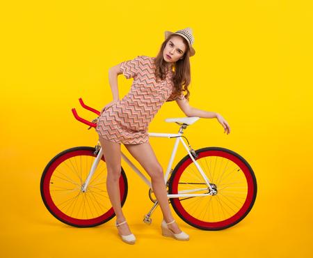 자전거로 포즈를 취하는 심각한 소녀