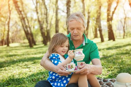 ピクニックに彼の孫娘を抱きかかえた 写真素材 - 82695594