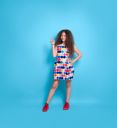 파란색에 몸짓 드레스에 세련 된 소녀
