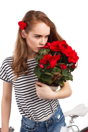 자전거로 포즈를 취하는 동안 꽃 냄새를 맡으십시오. 스톡 콘텐츠