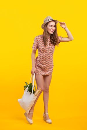 제품의 가방과 명랑한 여자