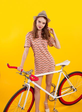 자전거 근처에서 포즈를 취하는 매력적인 소녀 스톡 콘텐츠