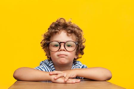 Portret van charmante jongen in bril Stockfoto