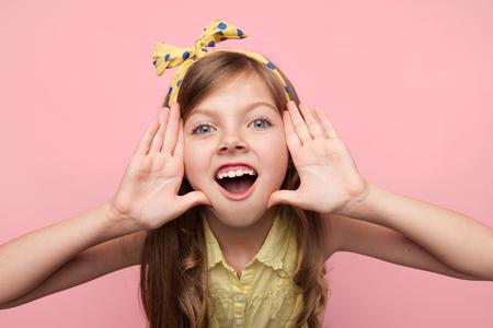 Meisje dat bij camera op roze schreeuwt