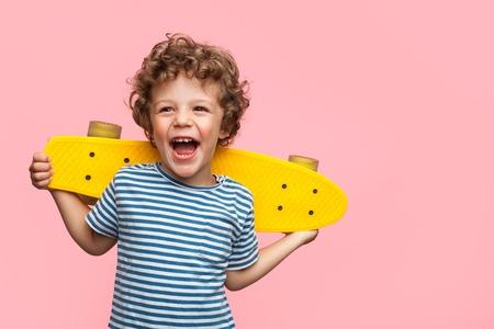 노란색 longboard와 쾌활 한 소년 스톡 콘텐츠