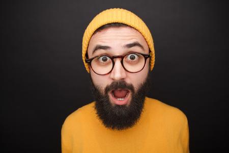 노란색 모자에 수염 난 남자 놀라 울. 스톡 콘텐츠