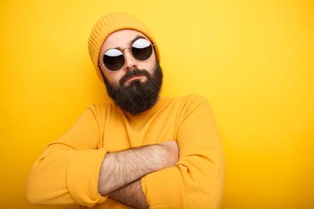 homme barbu cool dans des lunettes de soleil