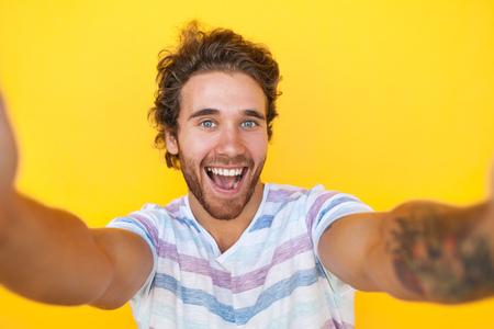 흥분된 남자 selfie를 복용