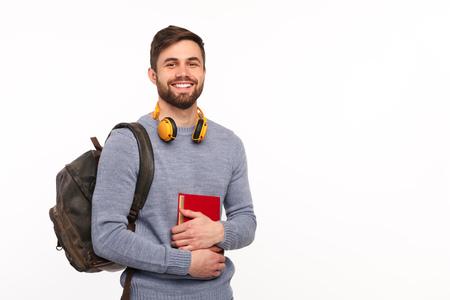リュックサックを持つ陽気な男子学生