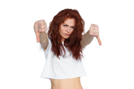 Malestar jengibre mujer mostrando los pulgares para abajo Foto de archivo - 108070985