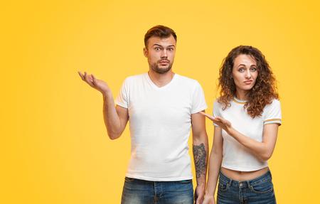 Zweifelhaftes Paar zeigt weg Standard-Bild