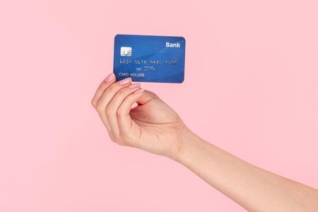 Femme montrant la carte de banque