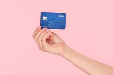 Frau zeigt Bankkarte