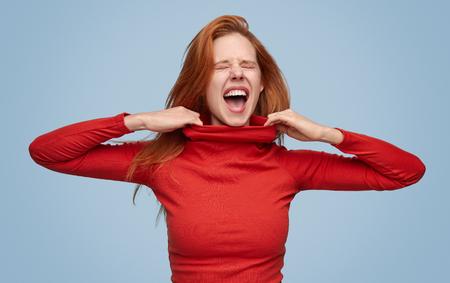 Schreiendes Mädchen in engem Pullover leiden Standard-Bild