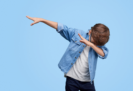 Stylish kid performing dab dancing Banque d'images - 119617070