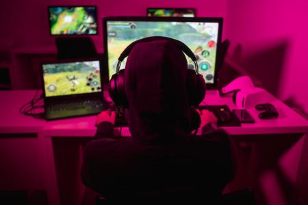 Hombre anónimo jugando videojuegos