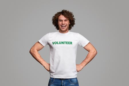 Selbstbewusster Freiwilliger in Heldenpose Standard-Bild