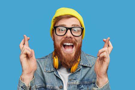 Hipster eccitato che desidera vincere alla lotteria Archivio Fotografico