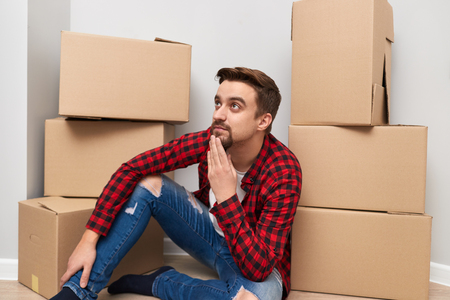 Thoughtful man moving to new place Stockfoto