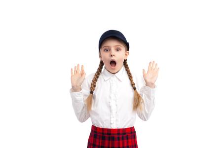 Schockiertes Schulmädchen, das in die Kamera schaut