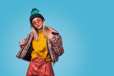 Vreemde vrouw aanpassend jasje Stockfoto