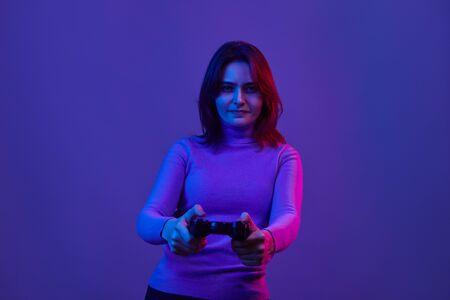 Femme sérieuse jouant à des jeux vidéo