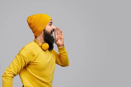 Uomo barbuto che grida allo spazio vuoto