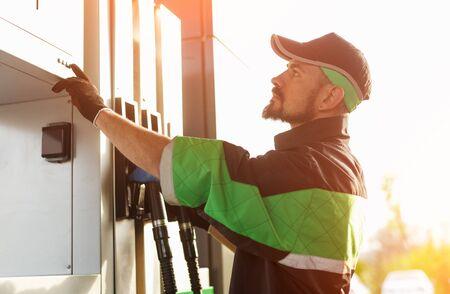 Mężczyzna pracujący na stacji benzynowej