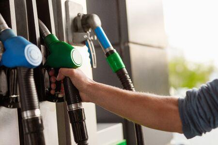Recadrer la main à l'aide de la pompe à essence Banque d'images