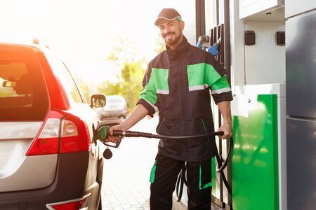 Smiling worker refueling car 版權商用圖片