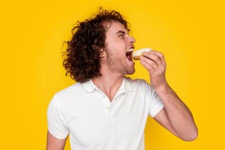 Funny man eating doughnut Zdjęcie Seryjne - 128615622