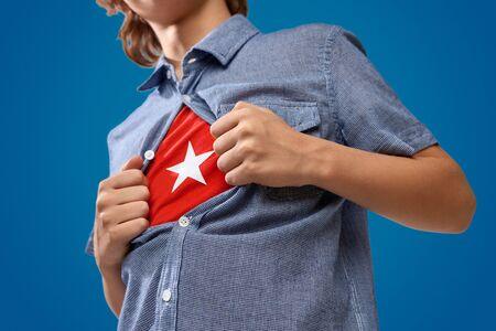 Super-héros de culture déguisé montrant un costume