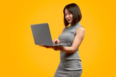 Empresaria asiática usando laptop