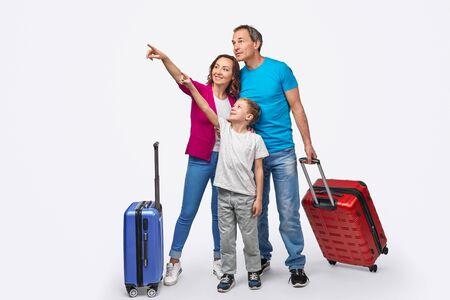 Familie von Reisenden, die wegzeigen