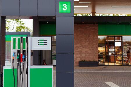 Pompa di benzina vicino al negozio sulla stazione di rifornimento