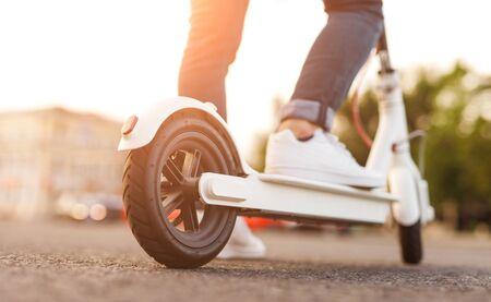 Hombre de cultivo montando scooter eléctrico