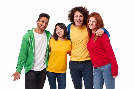 Gruppe aufgeregter multiethnischer Freunde