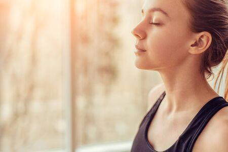 Jonge vrouw die ademhalingsoefening doet