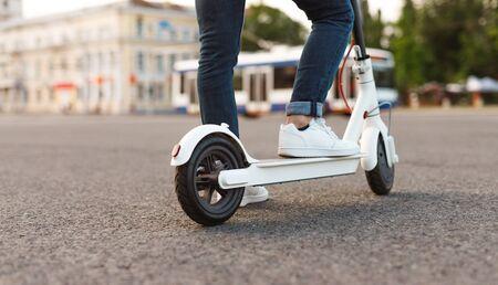 Uomo contemporaneo che utilizza scooter elettrico