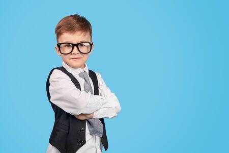 Selbstbewusstes kleines Genie, das in die Kamera schaut Standard-Bild