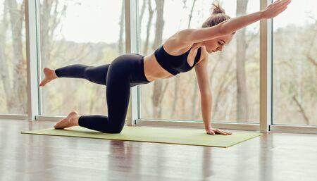 Frau, die sich beim Üben von Yoga-Pose zurückstreckt