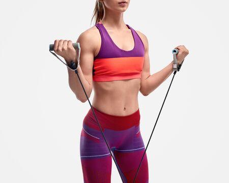 Deportista de cultivo haciendo ejercicio con goma elástica