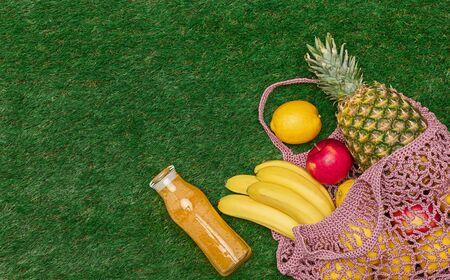 Fresh fruits and drink on grass 版權商用圖片 - 129782763